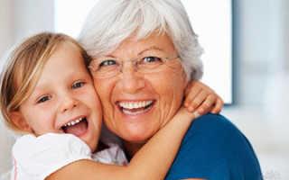 Может ли бабушка взять опекунство над ребенком, если родители работают в другом городе?